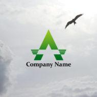 大きな山の頂上に向かって羽ばたく鳥のロゴマーク
