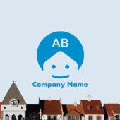 円形の中に建物と顔をデザインした家のキャラクターロゴマーク